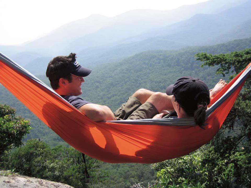 sove over bakken i hengekøye